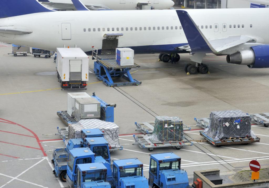 Fly som lastes med cargo